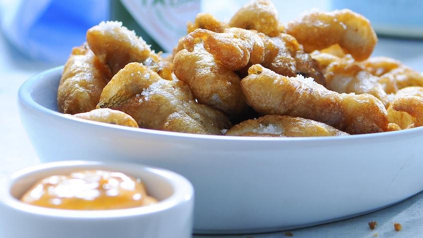 Un bol de goujonnettes de barbotte frites avec un petit bol de mayonnaise au paprika.