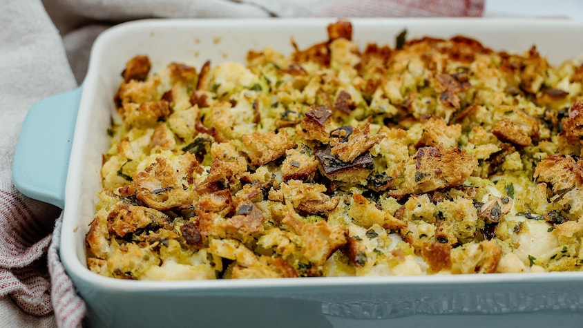 Un gratin de chou-fleur sorti du four, servi à même le plat de cuisson.
