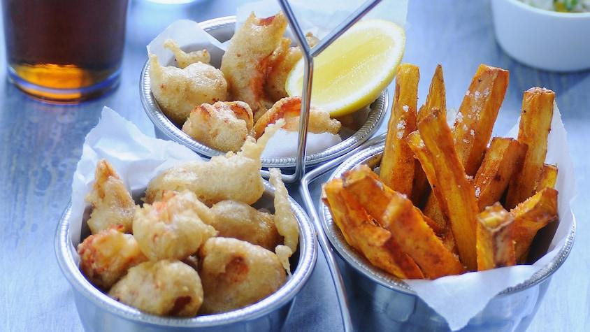 Deux contenants de homard en croustilles et un contenant de frites de patates douces.