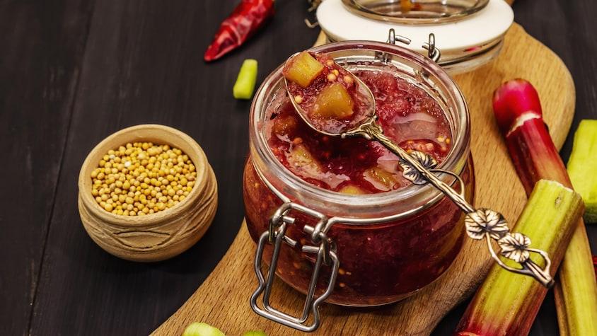 Un pot rempli de ketchup à la rhubarbe.