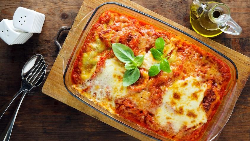 Une lasagne dans un plat en verre sortant du four.