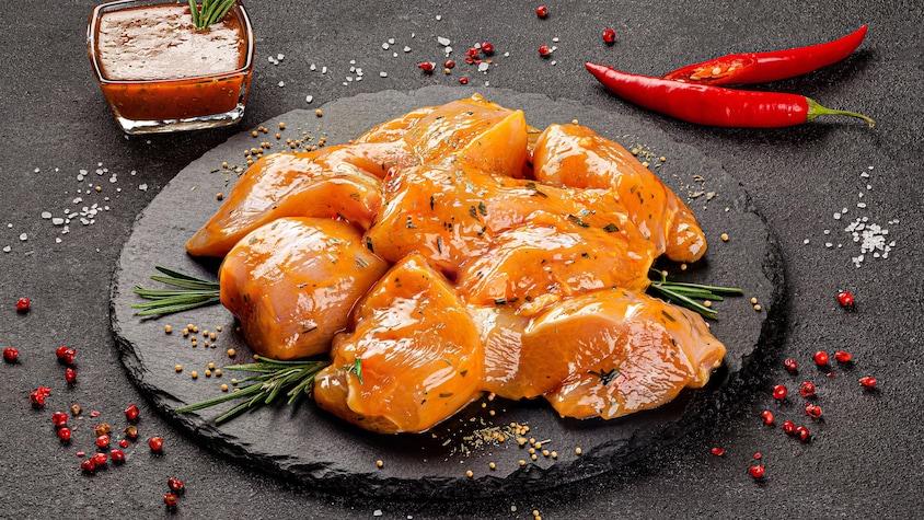 Des morceaux de poulet marinés dans une assiette.