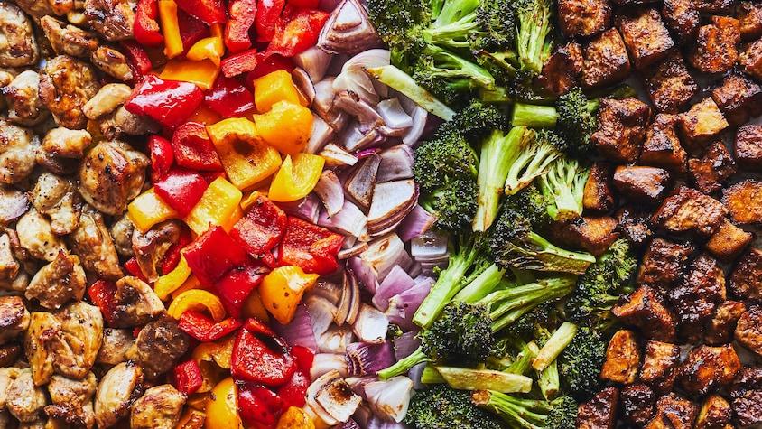 Plaque remplie de tofu, d'oignons rouges, de poivrons, de brocoli et de poulet, le tout mariné à l'asiatique.