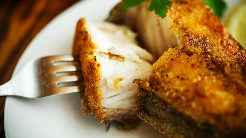 Poisson croustillant dans une assiette.