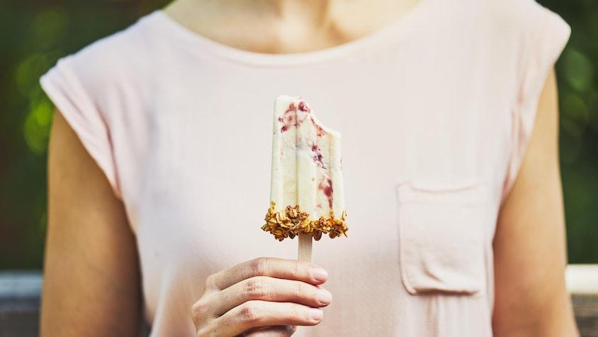 Main tenant un pops glacé déjeuner.