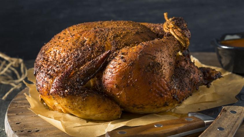 Un poulet BBQ sortant du four.