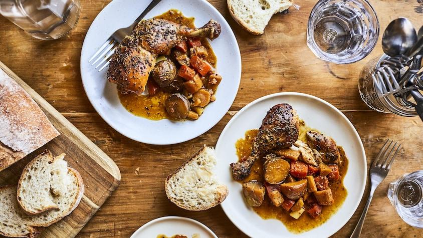 Deux assiettes de poulet au miel et à la moutarde à la mijoteuse avec légumes cuits.