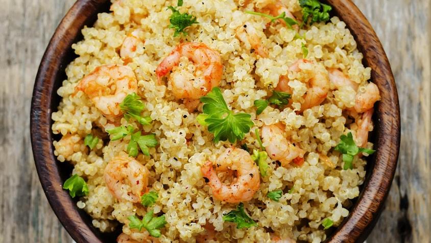 Un bol de quinoa et de crevettes grillées.