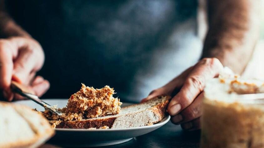 Des rillettes de volaille tartinées sur une tranche de pain de campagne.