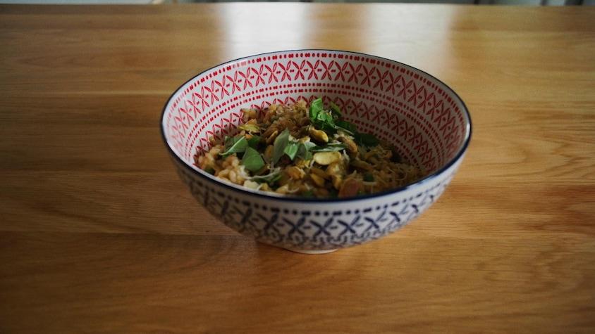 Un bol de risotto, du basilic et des pistaches.