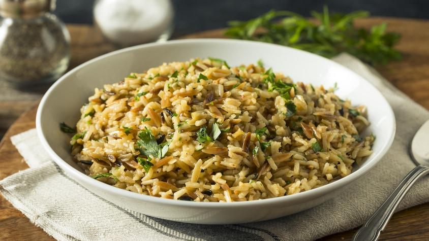 Un bol rempli de riz pilaf.