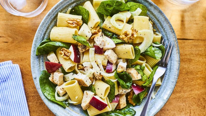Salade de pâtes au poulet grillé et aux pommes dans une assiette.
