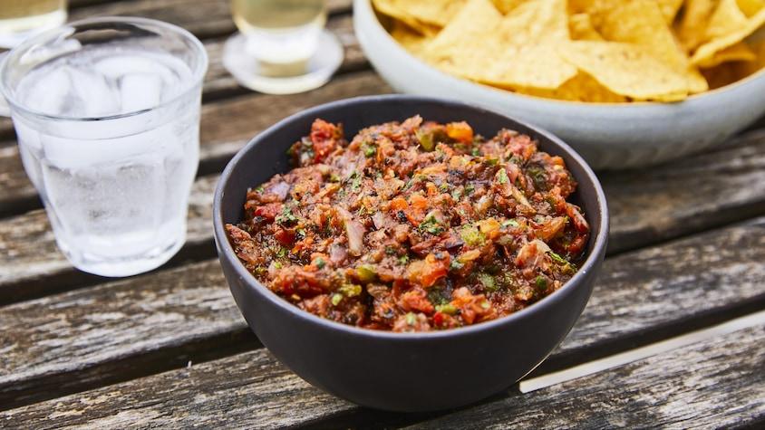 Salsa aux légumes grillés dans un bol.