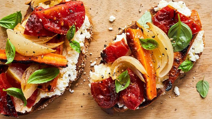 Tartines aux fromages et aux tomates rôties sur une table.