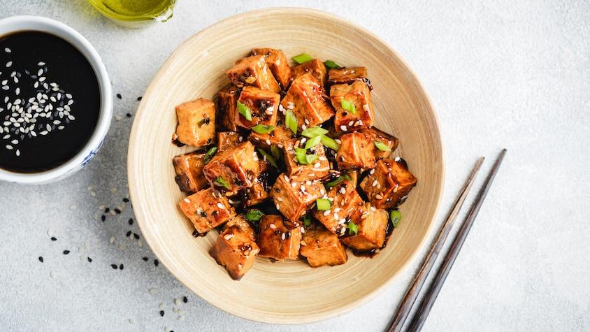 Un bol rempli de tofu.