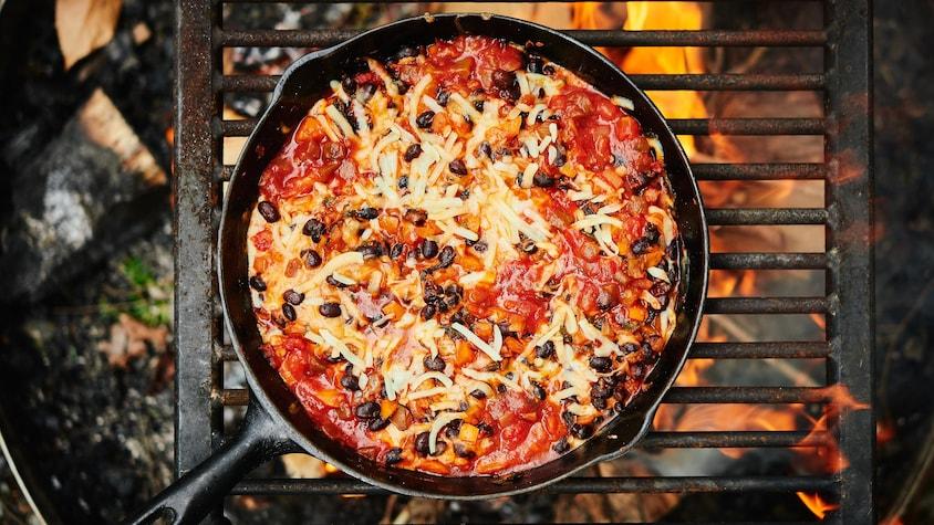 Trempette-repas vide-frigo dans une casserole.
