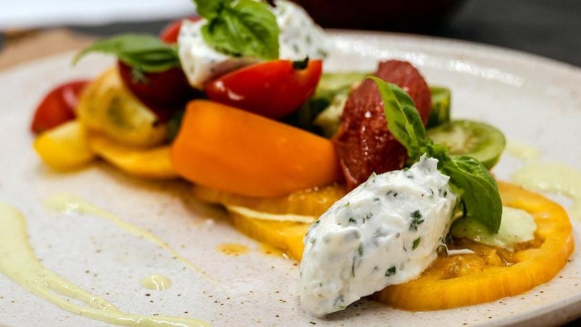 Salade de tomates et mousse de fromage de chèvre.