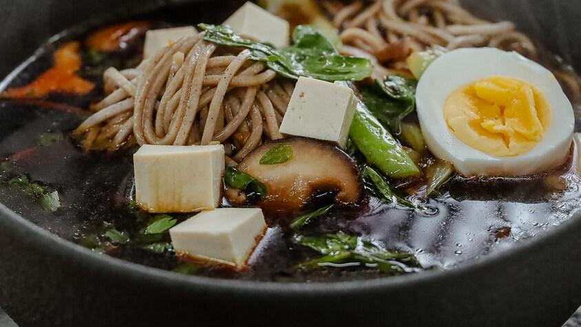 Un bol de soupe de miso au tofu.
