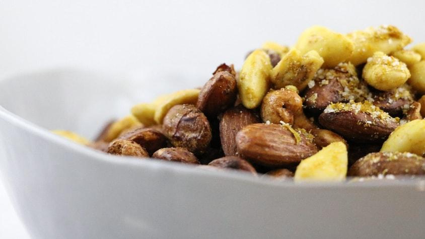 Des amandes et des noix de cajou disposés dans un bol.