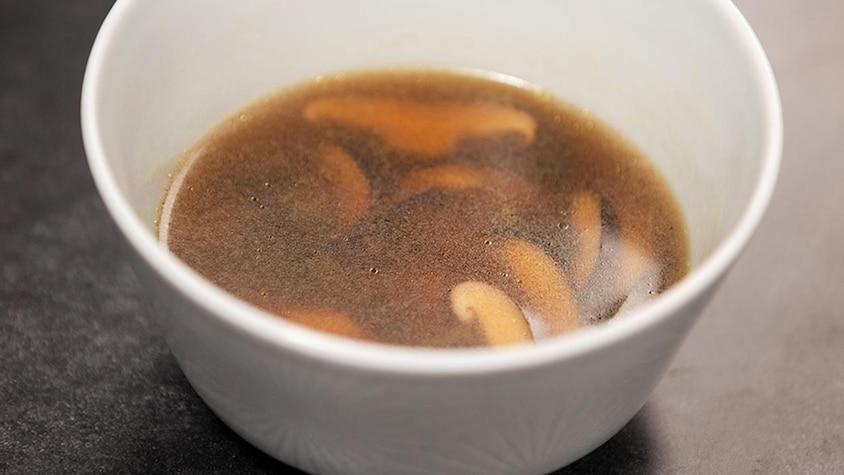 Un bol de bouillon style dashi.