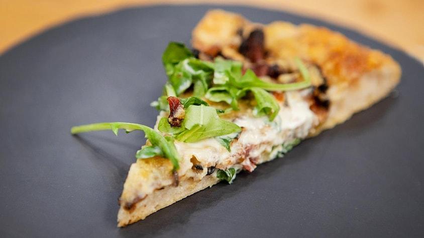 Une pointe de pizza funghi.