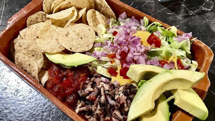 Un plat de nachos garni de légumes frais.
