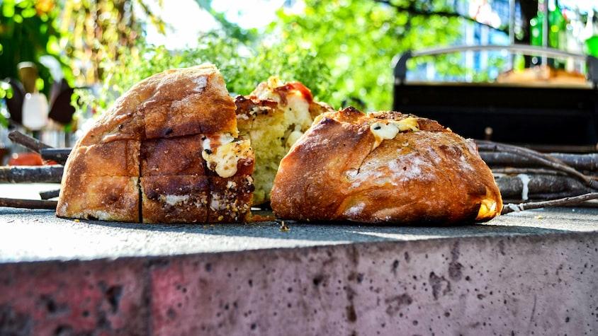 Miche farcie à l'ail, romarin et fromage en grains.