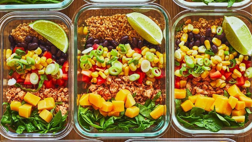 Trois plats de verres rectangulaires sont garnies des ingrédients du bol-repas.