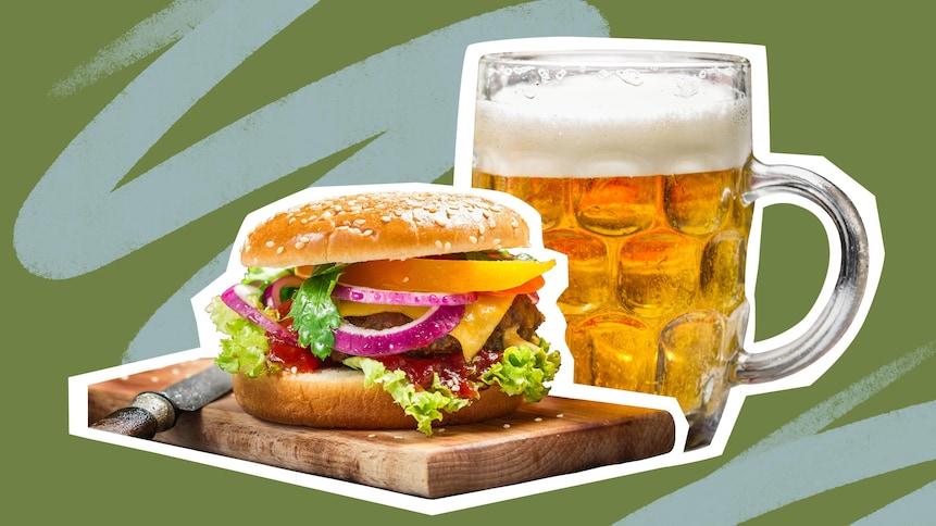 Un burger sur une planche de bois et une bière blonde.