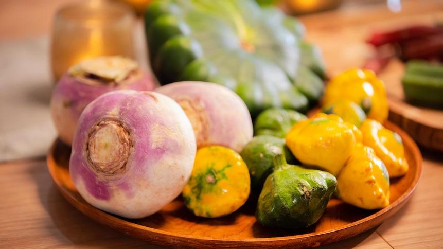 Dans une assiette, des rabioles et des pâtissons sont prêts à être utilisés dans une recette.