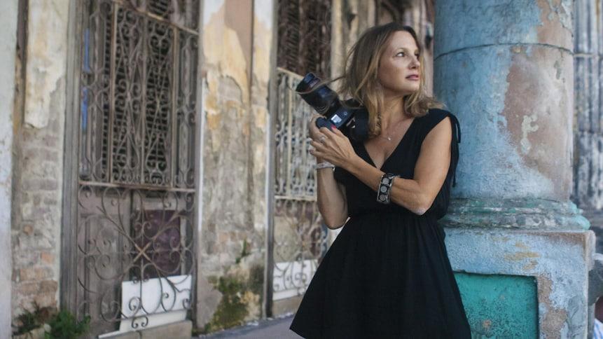 La photographe et autrice Heidie Hellinger pose pour la couverture de son livre : 300 raisons d'aimer La Havane.