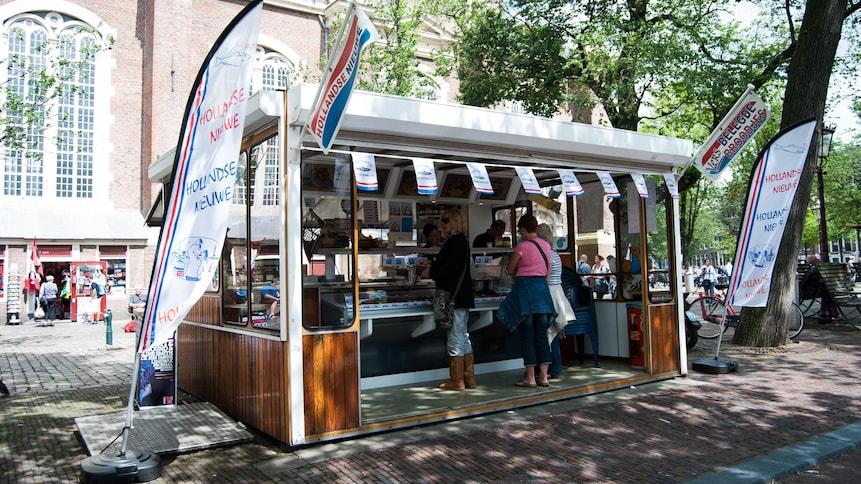 Kiosque extérieur qui vend des nieuwe haring au Pays-Bas.