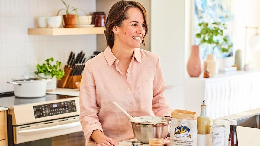 Geneviève O'Gleman a mis sur un ilot de cuisine : un sac de farine, une petite bouteille d'essence de vanille, une bouteille d'huile d'olive et des épices.