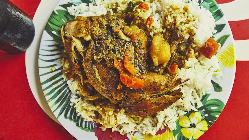 Assiette de riz avec cari de poulet martiniquais.