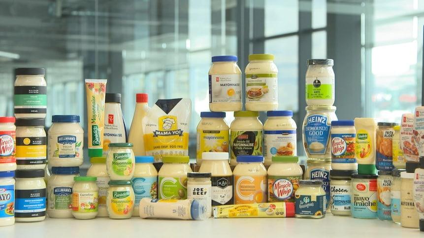Un assortiment de différentes mayonnaises du commerce.