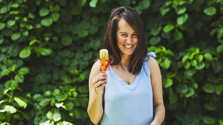 Geneviève O'Gleman tient à la main un pop glacé au kiwi, fraise et mangue.