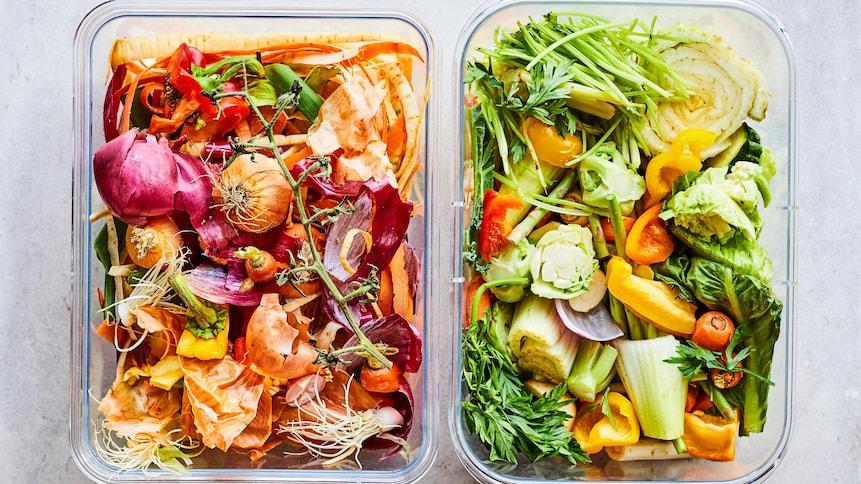 Deux contenants réutilisables contenant différentes parties de légumes comme des retailles et des pelures.