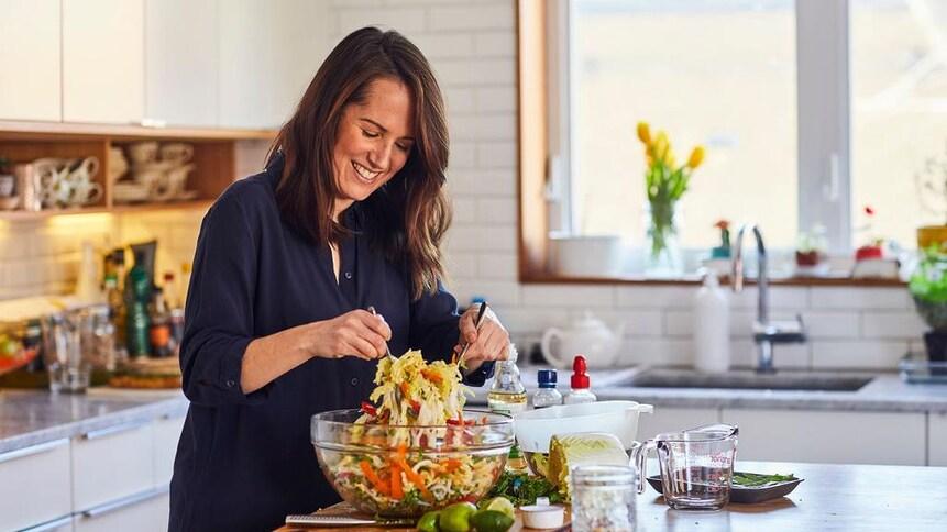 Geneviève O'Gleman qui prépare une salade colorée.