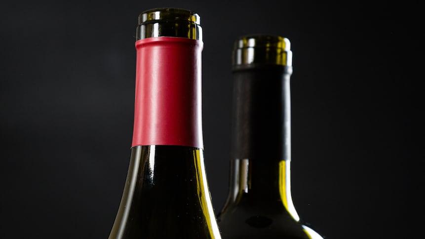 Deux bouteilles de vin ouvertes.