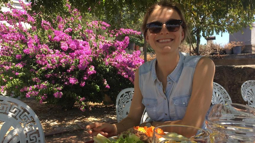 Laurence Chapdelaine est assise à la table d'un restaurant au Portugal. Elle a commandé une salade de thon.