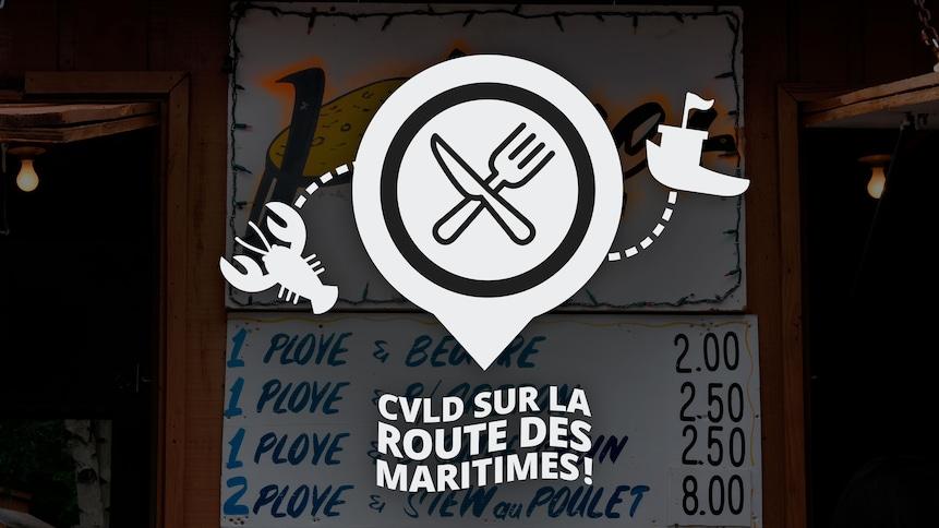 Logo de Ça vaut le détour sur la route des maritimes! avec un homard et un bateau de pêche. On peut apercevoir une affiche de restaurant en arrière plan.