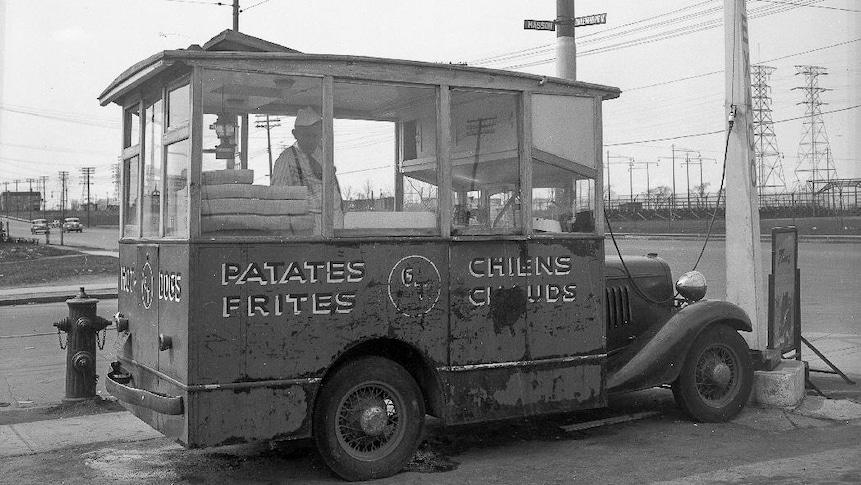 Une voiture à frites stationnée sur le terrain d'une station-service Texaco, au coin de la rue Masson et du boulevard Pie IX.