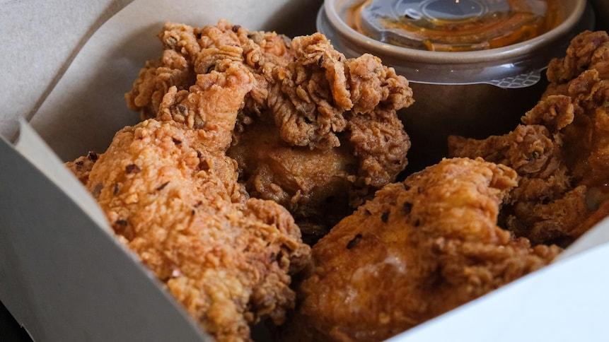 Du poulet frit dans une boîte en carton.