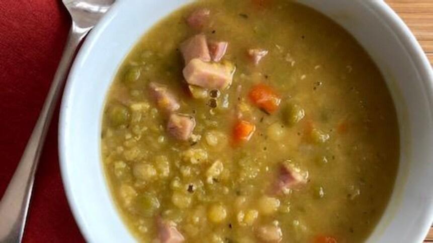 Une photo d'un bol de soupe aux pois prise en plongée.