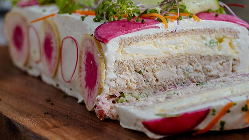 Un pain sandwich, avec une tranche coupée.