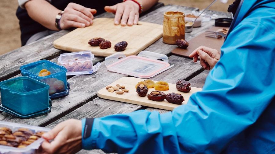 Geneviève O'Gleman prépare une collation de fruits séchés farcis avec une pâte d'amande chocolatée.
