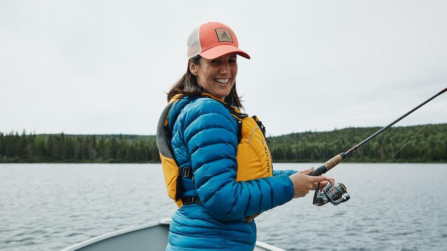 Geneviève O'Gleman sur un bateau en train de pêcher.