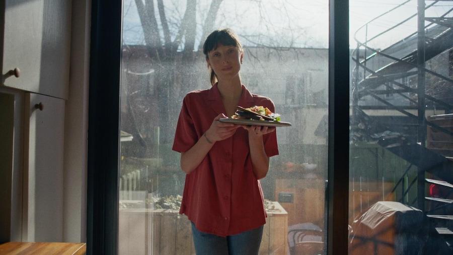 Sarah-Maude Beauchamp tient dans ses mains une assiette de salade à la samo.