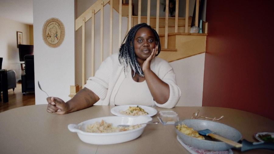 Jessica est assise à la table de manger.