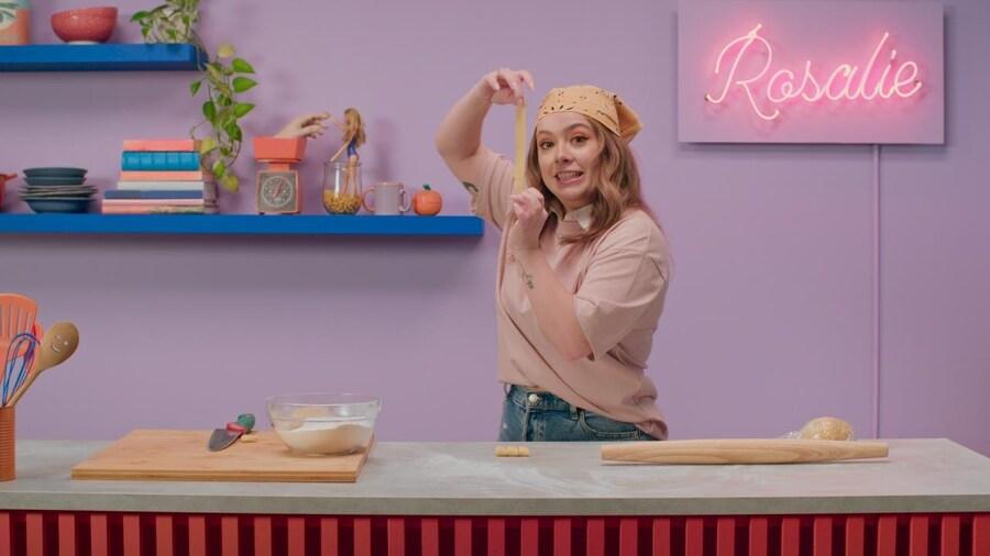 Rosalie tient dans sa main une pâte.